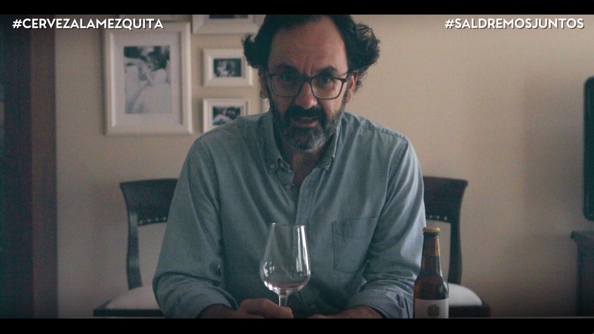 Alfonso Fernández, hace una cata de Cerveza La Mezquita